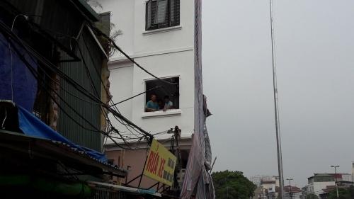 Vụ cột điện 'mọc' xuyên nhà dân: Chủ tịch phường lên tiếng - Ảnh 5