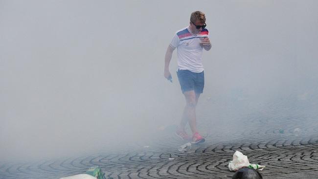 Fan Anh tiếp tục gây rối ở Marseille - Ảnh 4.