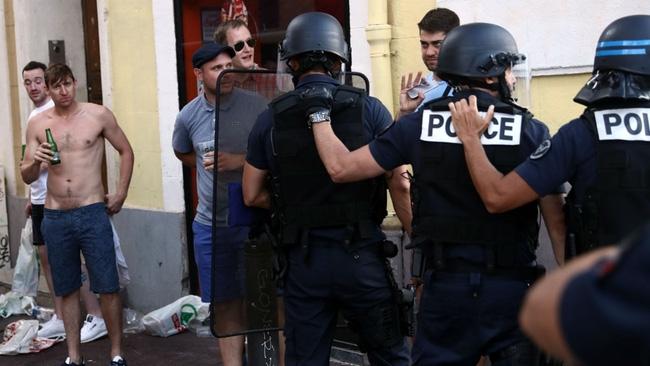 Fan Anh tiếp tục gây rối ở Marseille - Ảnh 6.