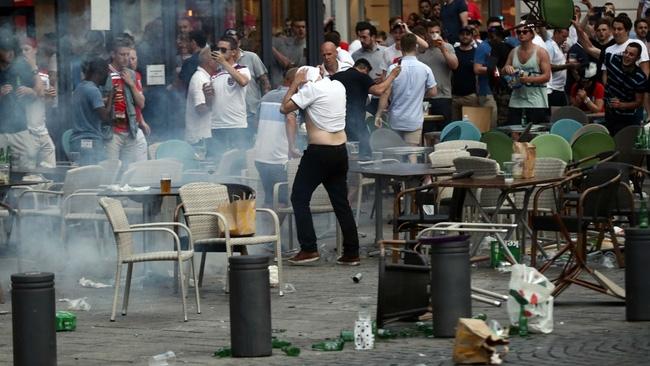Fan Anh tiếp tục gây rối ở Marseille - Ảnh 8.