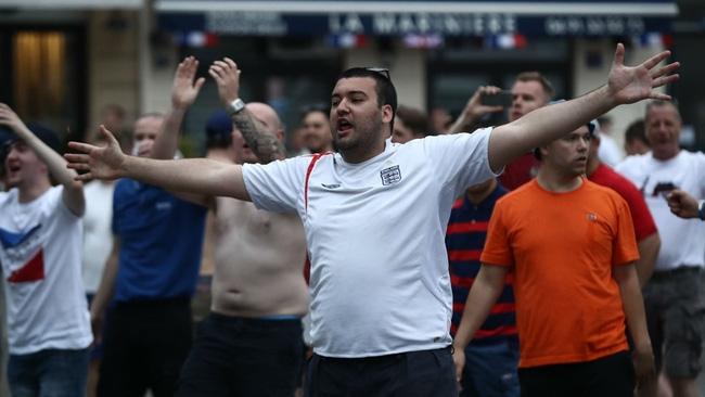 Fan Anh tiếp tục gây rối ở Marseille - Ảnh 10.
