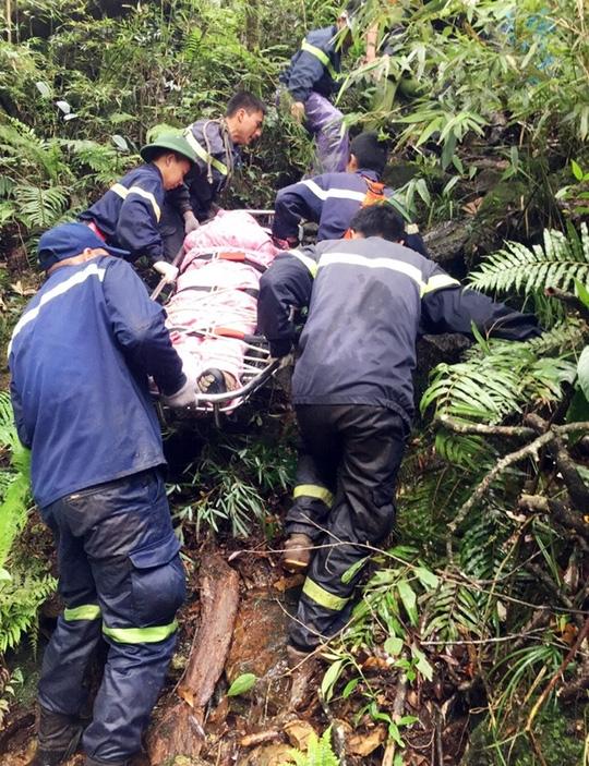 Lực lượng cứu hộ đưa thi thể nạn nhân Aiden Webb lên khỏi vực sâu - Ảnh: Báo Lào Cai