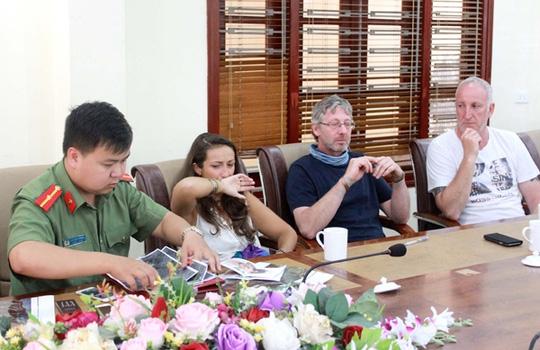 Thân nhân của anh Aiden Shaw Webb đến thị trấn Sa Pa để cùng phối hợp tìm kiếm nạn nhân (từ phải qua trái là cậu ruột, bố đẻ và bạn gái của anh Aiden Webb) - Ảnh: Báo Lào Cai