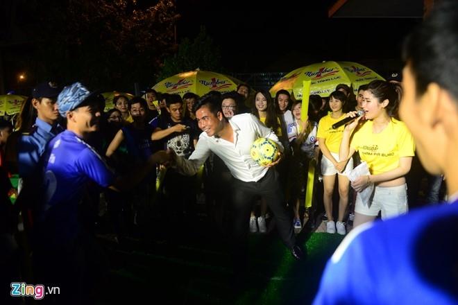 Hoa hau Diem Huong cung chong xem Euro 2016 hinh anh 3
