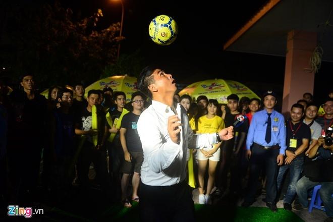 Hoa hau Diem Huong cung chong xem Euro 2016 hinh anh 4