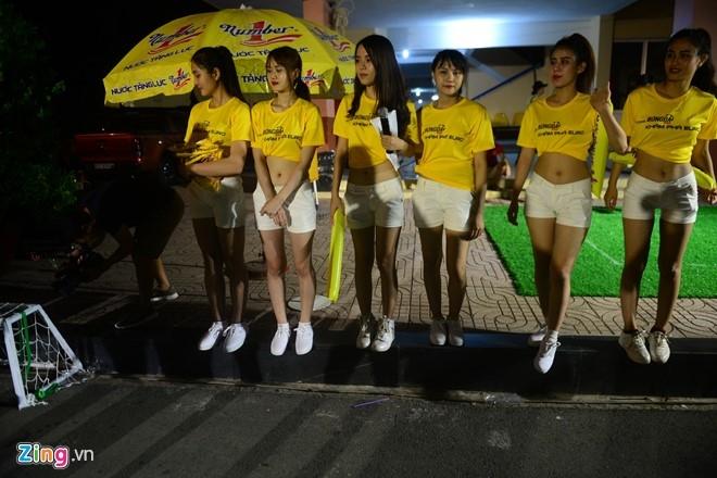Hoa hau Diem Huong cung chong xem Euro 2016 hinh anh 6