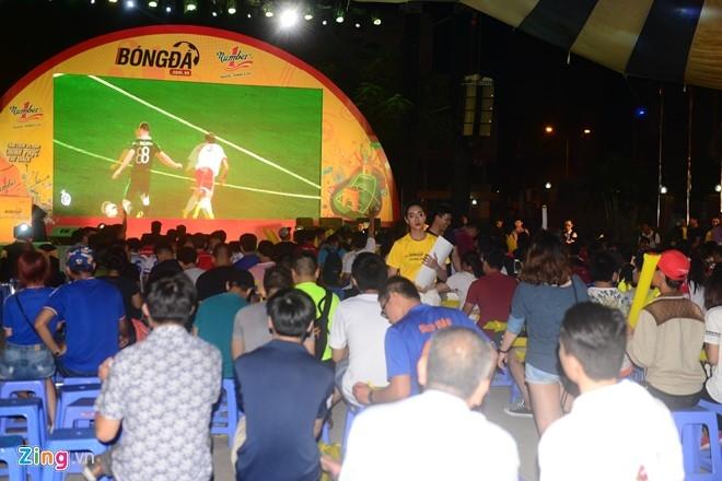 Hoa hau Diem Huong cung chong xem Euro 2016 hinh anh 9