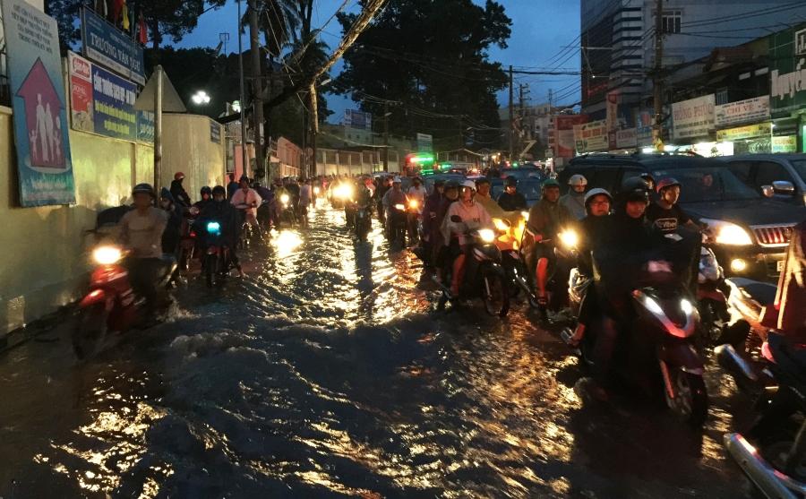 Đến tối 11/6, hàng nghìn người dân vẫn đang vất vả dầm mưa, lội nước giữa vòng vây kẹt xe để tìm đường về nhà.
