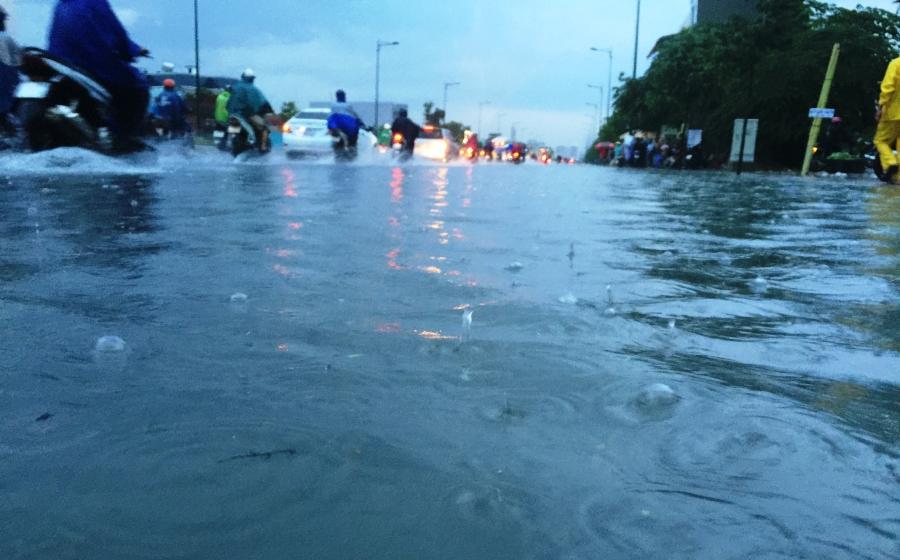 Biển nước trên đại lộ Phạm Văn Đồng, quận Thủ Đức.
