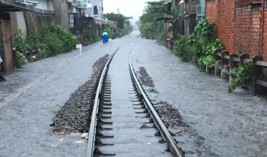 Nước ngập khiến đường sắt tê liệt