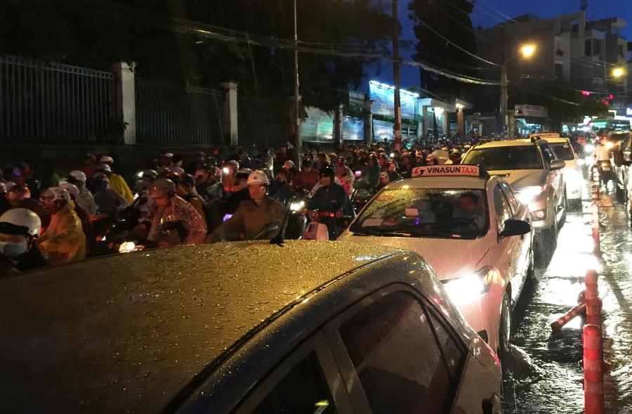 Giao thông tê liệt tại nhiều tuyến đường. Hàng nghìn người khốn khổ chôn chân trong nước lụt, dưới cơn mưa lớn mà không biết bao giờ mới thoát được về nhà.