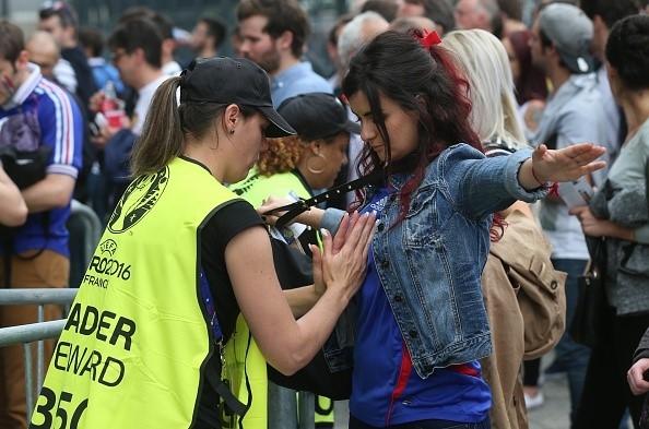 Công tác an ninh, kiểm tra, kiểm soát được thắt chặt trong suốt thời gian diễn ra Euro 2016 tại Pháp.