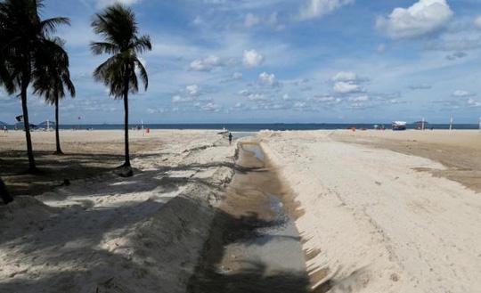 Hệ thống nước thải chảy trên bãi biển Copacabana ở TP Rio de Janeiro Ảnh: REUTERS