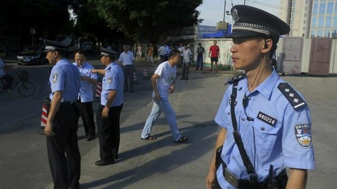 Việc tra hỏi thông thường của cảnh sát là không sai luật, nhưng hành động của viên cảnh sát Trung Quốc ngày 21.5 là không thể tha thứ /// Minh hoạ: Reuters
