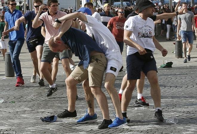 CĐV Anh và Nga hỗn chiến trên khán đài - ảnh thể thao