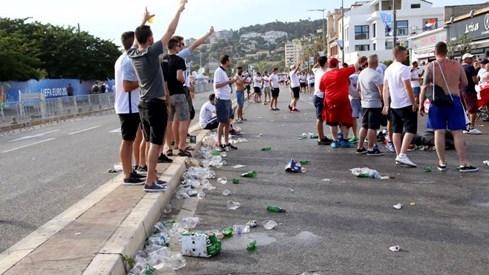 Choáng với cảnh dân Tây xả rác đầy đường khi xem Euro 2016 - ảnh 1