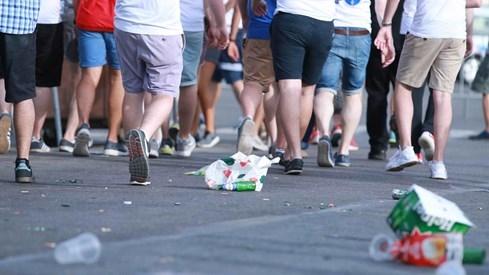 Choáng với cảnh dân Tây xả rác đầy đường khi xem Euro 2016 - ảnh 4