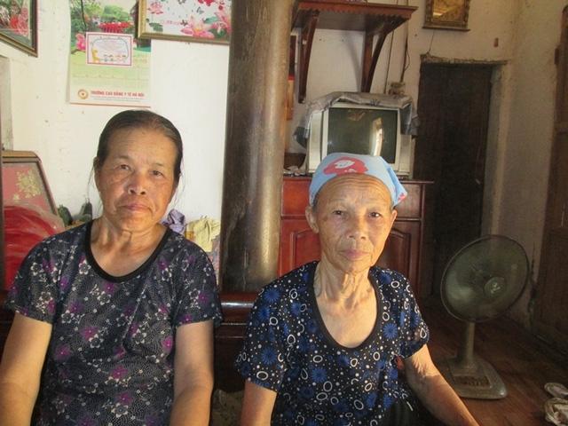 Bà Nguyễn Thị Bích (bên phải) và bà Dương Thị Duệ. Ảnh: Ngọc Thi