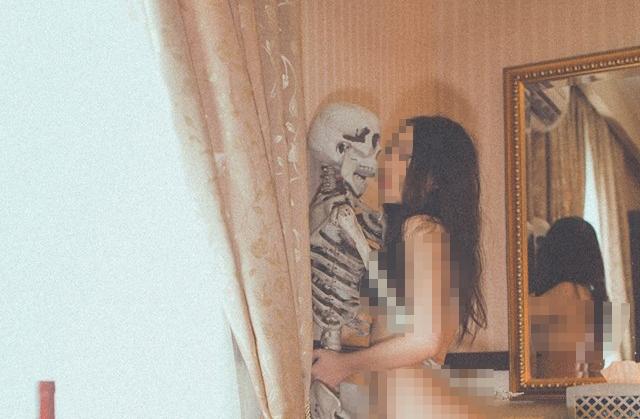 Cô gái gây sốc khi tự đăng lên Facebook bộ ảnh khỏa thân bên... bộ xương người - Ảnh 1.