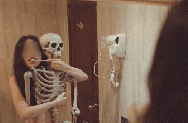 Cô gái gây sốc khi tự đăng lên Facebook bộ ảnh khỏa thân bên... bộ xương người - Ảnh 2.