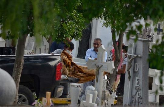 Thi thể các nạn nhân trong vụ thảm sát. Ảnh: AP