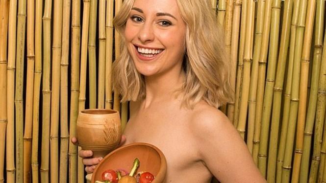 Emily Hodgkin, nữ phóng viên 24 tuổi ở Anh đã có những trải nghiệm đáng nhớ khi khỏa thân đi ăn tối /// Ảnh chụp màn hình Dailymail