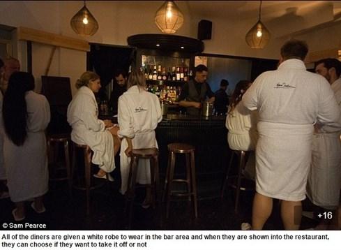 Phóng viên 9X kể trải nghiệm ở nhà hàng khỏa thân đầu tiên tại Anh - ảnh 3