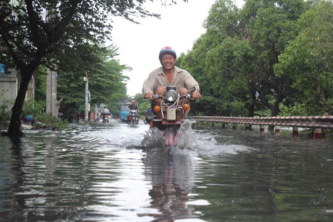 Sau cơn mưa, đường Tô Hiệu (Q.Tân Phú) lại tái diễn cảnh ngập sâu /// Ảnh: Phạm Hữu