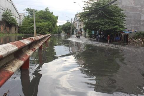Bên ngoài đường Tô Hiệu, nươc ngập kéo dài hết đoạn đường