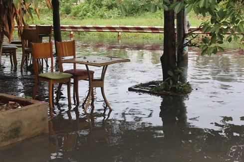 Người dân bị ảnh hưởng bởi ngập nước phải đóng cửa vì buôn bán ế ẩm