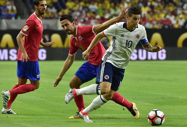 James Rodriguez (10) chỉ vào sân từ ghế dự bị, nên không thể giúp Colombia tránh được thất bại