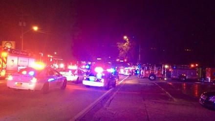 Xe cảnh sát bên ngoài hiện trường vụ xả súng.