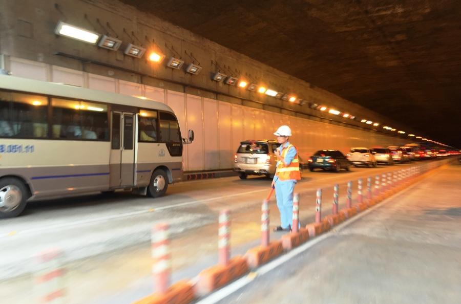 Ngay sau khi xảy ra sự cố, một làn đường qua hầm đã bị phong toả để giải quyết khiến giao thông bị ùn ứ khá nghiêm trọng.