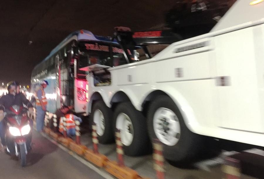 Sau hơn nửa giờ, chiếc xe khách đã được kéo ra khỏi đường hầm.