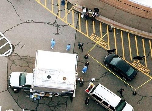 Cảnh sát có mặt tại hiện trường vụ xả súng tại trường tiểu học Sandy Hook (Ảnh: Getty)