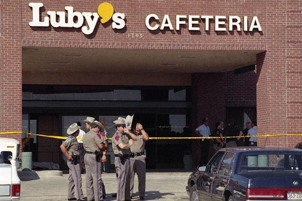 Cảnh sát tập trung bên ngoài nhà hàng Luby's Cafeteria ở thành phố Killeen để điều tra vụ việc (Ảnh: AP)