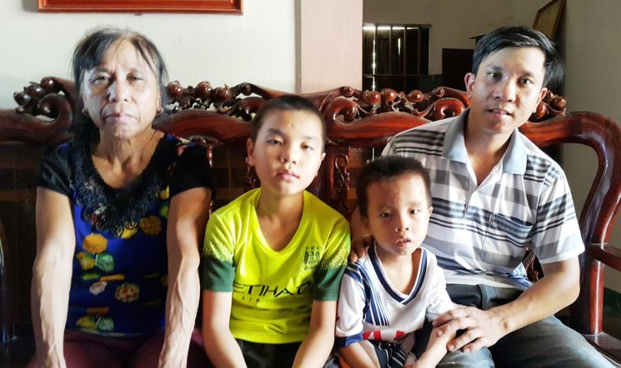 Bà Hồng bên con trai và các cháu.