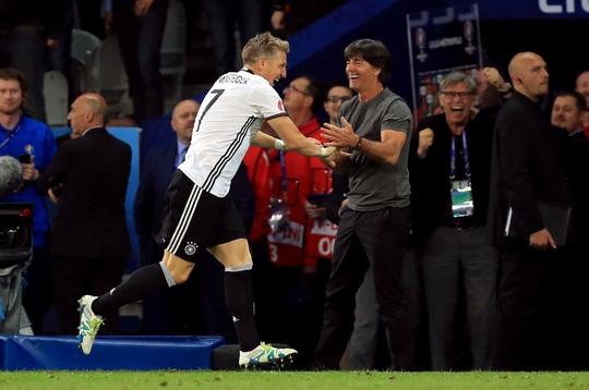 Schweinsteiger tay bắt mặt mừng với HLV Joachim Low