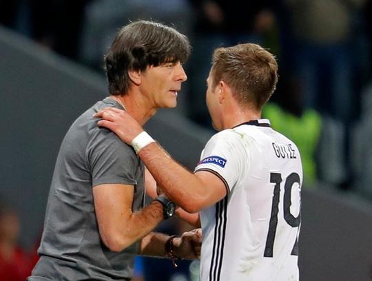 Mario Gotze sau khi rời sân nhường chỗ cho Schweinsteiger cũng bắt tay với HLV Joachim Low.