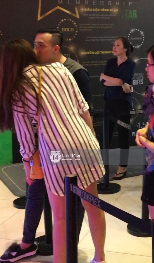Clip: Hari Won thoải mái ôm hôn Trấn Thành nơi công cộng, xóa tan tin đồn rạn nứt tình cảm - Ảnh 2.