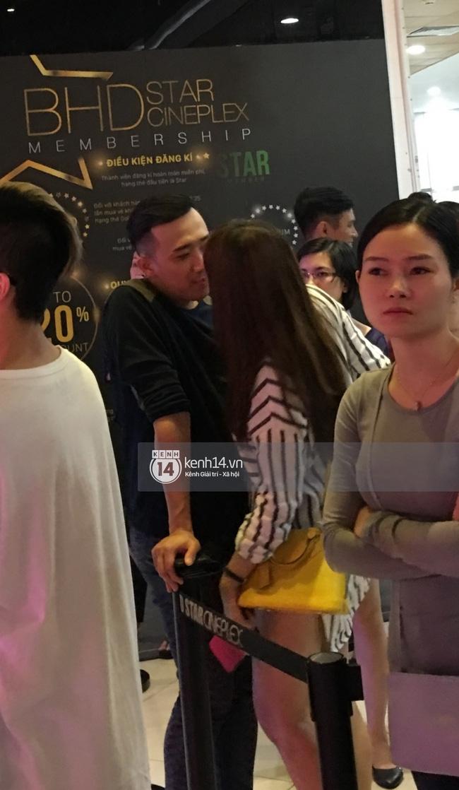 Clip: Hari Won thoải mái ôm hôn Trấn Thành nơi công cộng, xóa tan tin đồn rạn nứt tình cảm - Ảnh 5.
