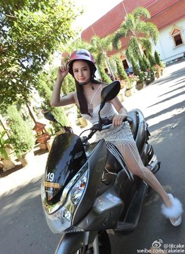Hotgirl siêu vòng 1 nhận ''gạch đá' vì mặc hở hang ngồi xe mô tô - Ảnh 3