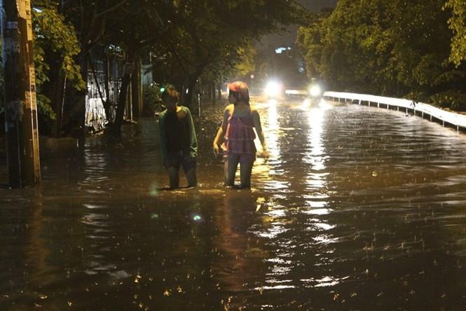 Đường Tô Hiệu (Q.Bình Tân) luôn trong tình trạng ngập nặng mỗi khi mưa xuống  /// Ảnh: Phạm Hữu