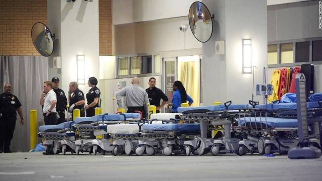 Nước Mỹ khẩn thiết kêu gọi hiến máu cho nạn nhân vụ xả súng, nhưng từ chối lấy máu của người đồng tính - Ảnh 1.