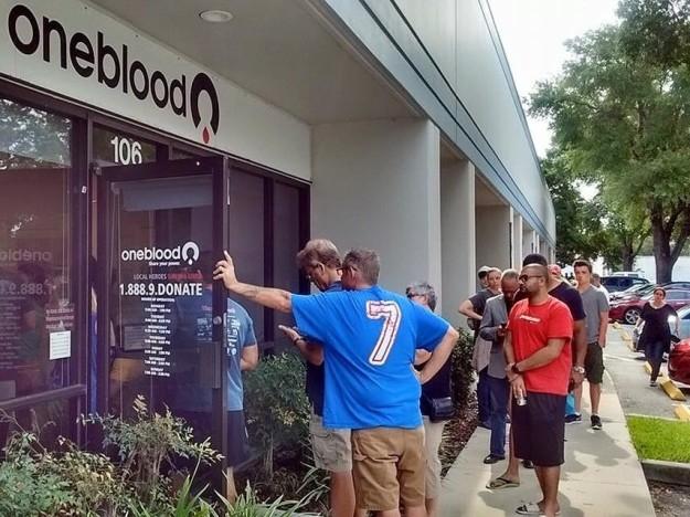 Nước Mỹ khẩn thiết kêu gọi hiến máu cho nạn nhân vụ xả súng, nhưng từ chối lấy máu của người đồng tính - Ảnh 2.