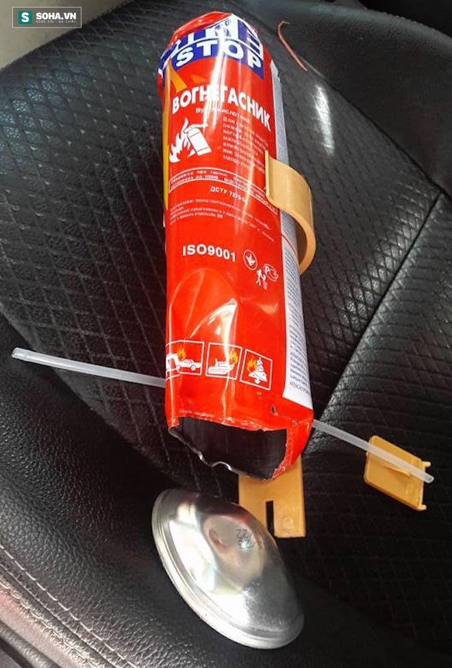 Ô tô để dưới bóng mát, bình cứu hoả mini trong xe vẫn bị nổ - Ảnh 2.