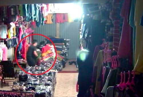 Video: Trộm táo tợn cầm dao đột nhập vào nhà dân trộm két sắt - Ảnh 2