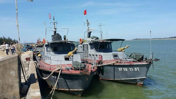 3 tàu cứu hộ của Hải Đội 2 Biên phòng Nghệ An đanh túc trực tại cảng để đợi lệnh lên đường tìm kiếm