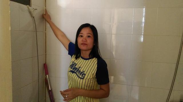 Chị Lê Thị Thảo phòng 1006 phải lắp hệ thống vòi nước nhỏ do đường ống tòa nhà bị rỉ. Ảnh: Ngọc Thi