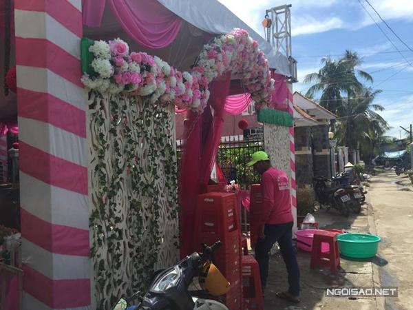 Rạp cưới với gam màu chủ đạo hồng và trắng đã được gia đình Kỳ Hân dựng lên lên từ đêm hôm trước.